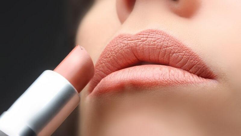 Welche Lippenstiftfarbe zu Ihnen passt und wie Sie gekonnt mit verschiedenen Farbtönen, Verläufen und Intensitäten spielen