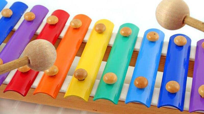 Kinderlieder haben viele positive Auswirkungen auf die kindliche Entwicklung - bei der Auswahl sollte man auf pädagogisch wertvolle Inhalte achten