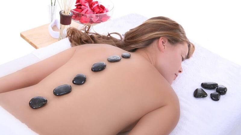 Die Cold Stone Massage zur Behandlung von Schmerzen oder Überhitzung