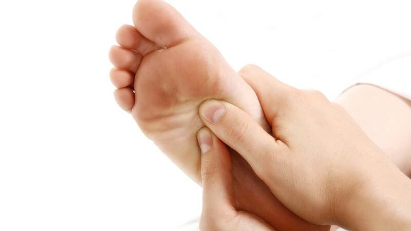 Die Fußreflexzonenmassage zur Anregung der Fußzonen