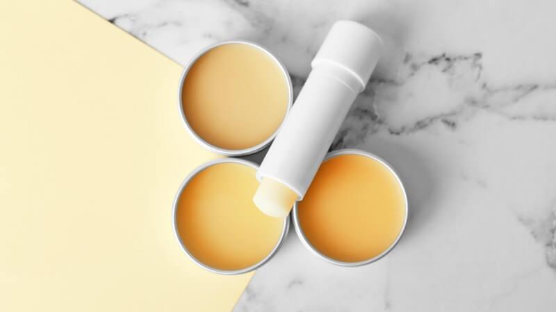 Welche Produkte der Markt für die Lippenpflege bereit hält und durch welche Hausmittel man diese ersetzen kann