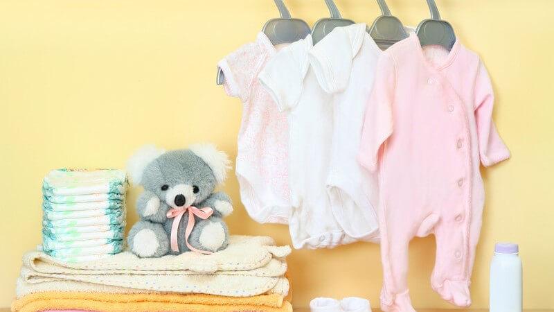 Es gibt zahlreiche Varianten von Babyunterwäsche für kalte und warme Jahreszeiten - doch welche sind wirklich sinnvoll und worauf sollte man beim Kauf achten?