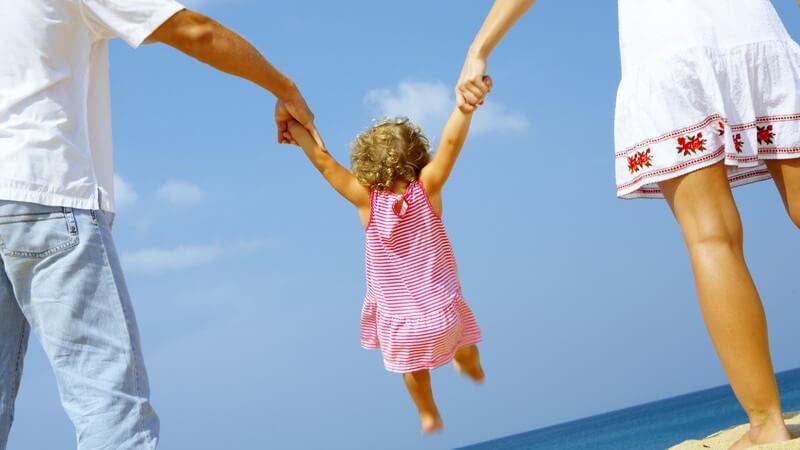 Der Einfluss vom gemeinsamen Spielen auf die kindliche Entwicklung - Eltern übernehmen eine Vorbildfunktion und sollten ihr Kind in seiner Entwicklung unterstützen