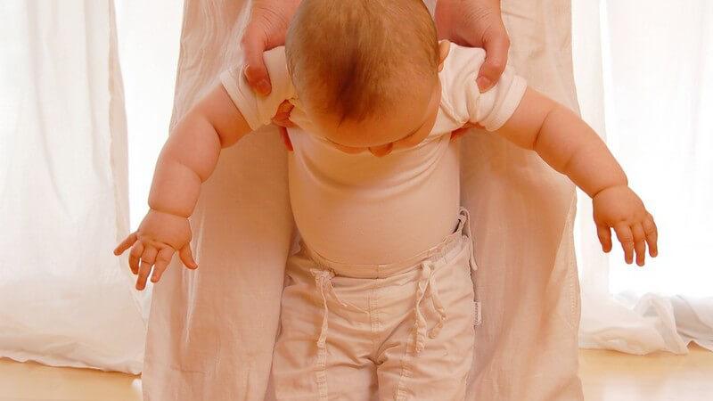 In der Regel fangen Kinder zwischen dem 12 und 15 Lebensmonat mit dem Laufen an - man kann seinen Sprössling auf unterschiedliche Weise dabei unterstützen