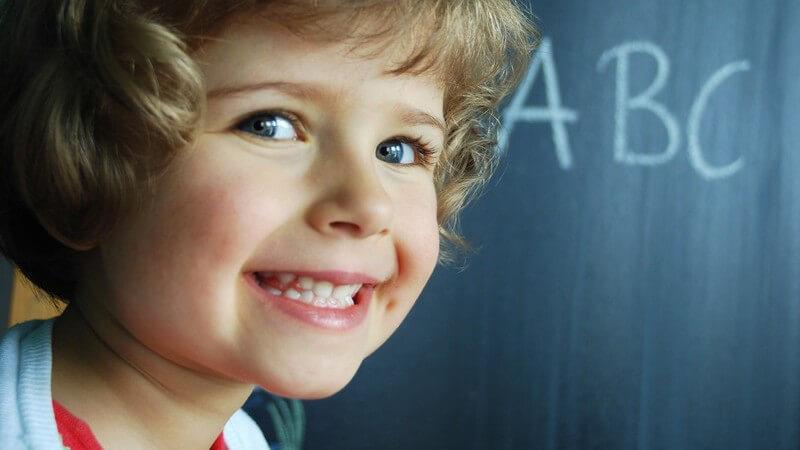 Die kindliche Entwicklung mit Lernspielen spielerisch fördern - wir geben Tipps und Spielideen