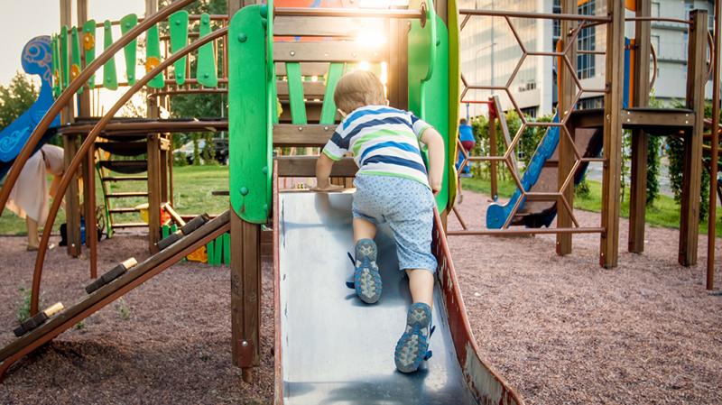 Wir zeigen, welche Kriterien ein gute Rutsche erfüllen muss, damit Ihre Kinder sicher darauf spielen können