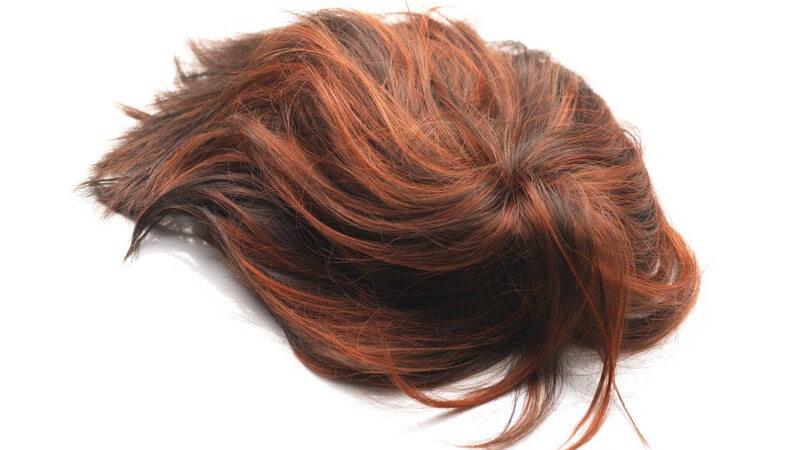 Wir geben Tipps, wie Sie Ihre Haare so feststecken, dass sie nicht unter der Perücker hervorgucken und wie Sie die Perücke sicher am Kopf befestigen