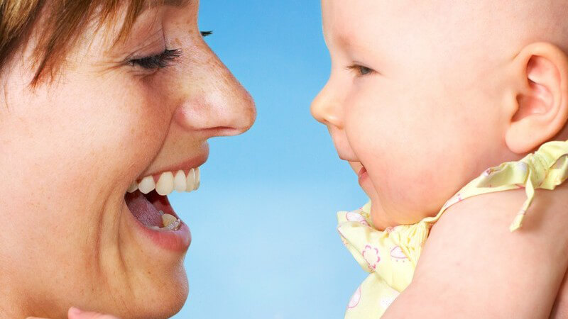 Babys Sprachentwicklung in den ersten Lebensmonaten und mögliche Richtlinien - Mit dem Kind spielerisch das Sprechen üben und Tipps, was man bei Sprachproblemen tun kann