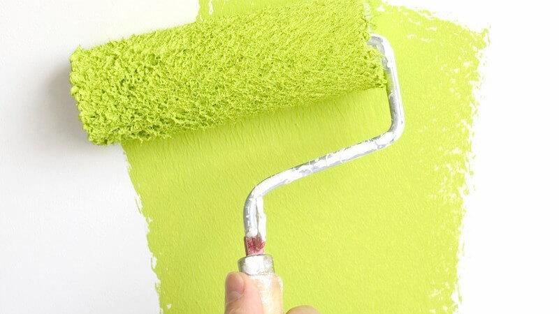 Die Wände durch das Anbringen von Tapeten verschönern