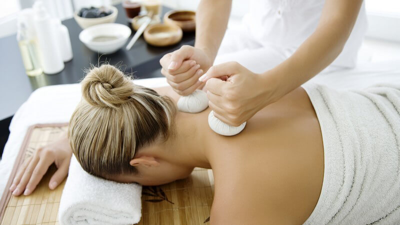 Die Thai-Massage zur Stimulierung der Energiepunkte des Körpers