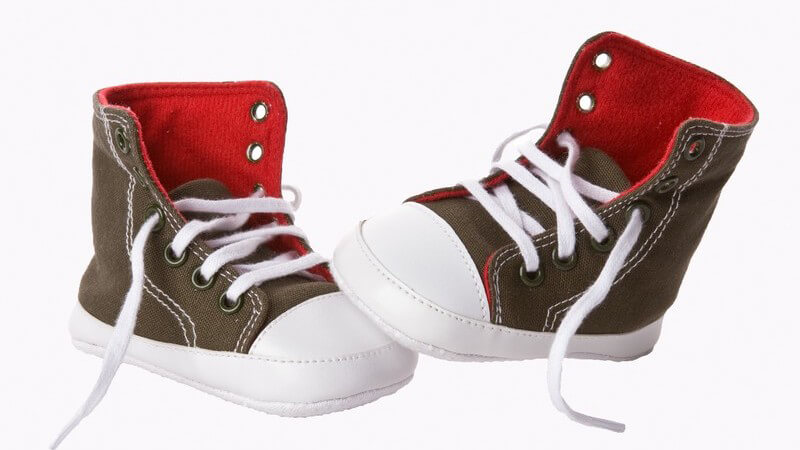 Kinderschuhe sollten bestimmte Kriterien erfüllen; beim Kauf sollte man die Füße exakt vermessen lassen und auf gute Qualität achten