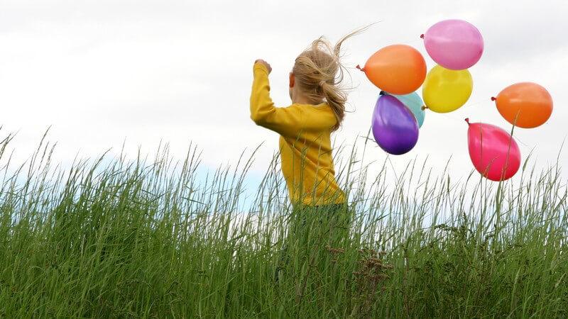 Wir haben Ideen für Freizeitspiele mit Luftballons und zeigen, wie man mithilfe von Luftballons tolle Dekorationen erschaffen kann