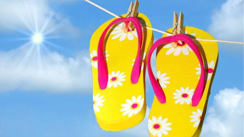 Um kalten Füßen und einem bakterienfreundlichen Milieu vorzubeugen, eignen sich Badeschuhe wunderbar