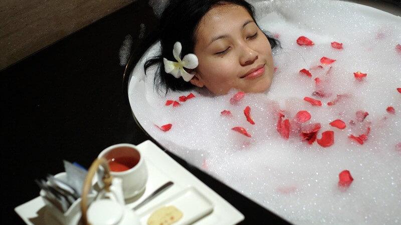 Die Anwendung des Aromabads und beliebte Aromazusätze zur Regeneration von Körper und Geist