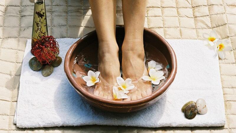Das Fußbad als spezielle Pflege der Füße in einer Schüssel oder im elektrischen Fußbadgerät