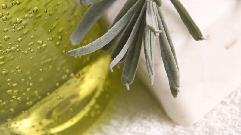 Die Anwendung eines Ölbads im heimischen Badezimmer und die Wirkung verschiedener Öle auf die Haut