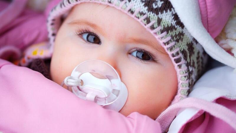 Wir zeigen, welche Babymützen es gibt und wo die Vorteile winterlicher und sommerlicher Babymützen liegen