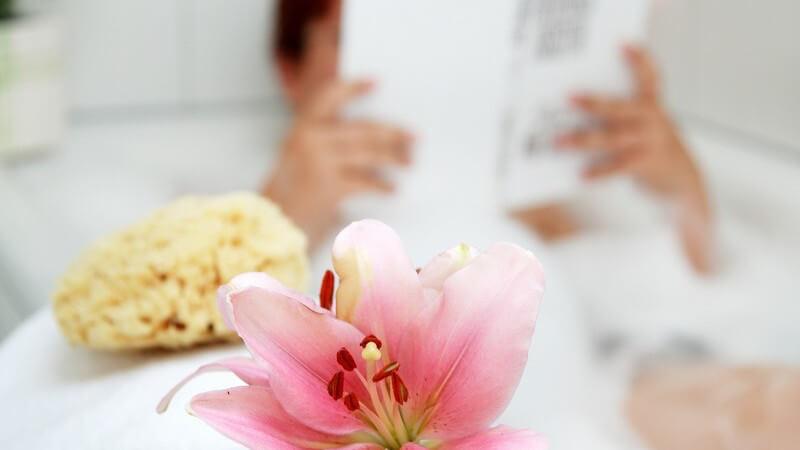 Entspannungsbäder mit Blüten oder anderen entspannenden Zusätzen zur Erholung vom Alltagsstress - sie spenden neue Energie