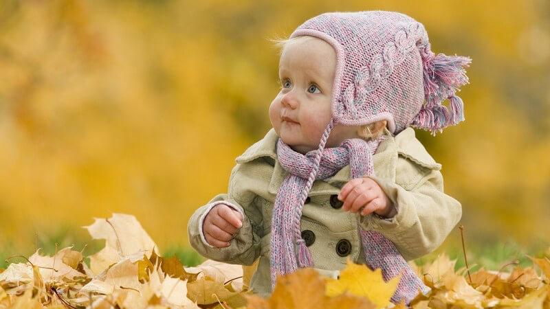 Schals für Babys können gestrickt oder genäht sein - zum Wohle des Kindes ist es besser, auf Synthetikfasern zu verzichten