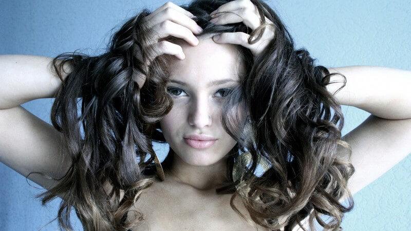 Wir erklären, was die richtigen Haarpflegeprodukte für eine langanhaltende Lockenpracht sind