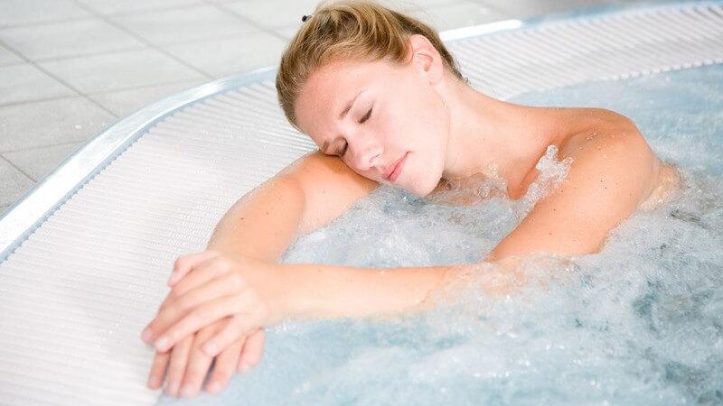 Das Sprudelbad im Whirlpool zur Entspannung der Muskulatur - ob indoor oder outdoor