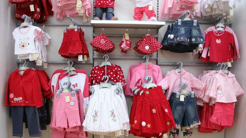 Babysweatshirts gibt es in verschiedenen Ausführungen - beim Kauf kommt es mitunter auf eine gute Passform und ein schadstofffreies Material an