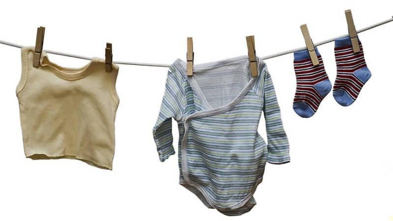 Wo man Kinderbekleidung spenden, verkaufen oder tauschen kann