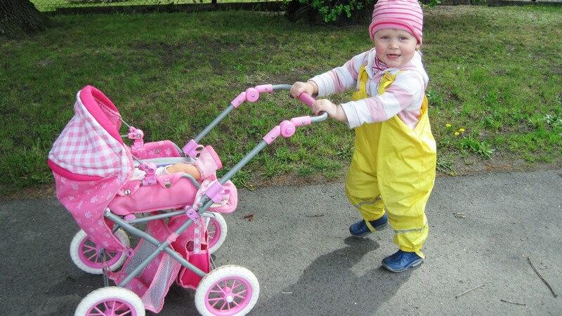 Unterschiedliche Modelle und Materialien eines Puppenwagens - worauf kommt es beim Kauf an?