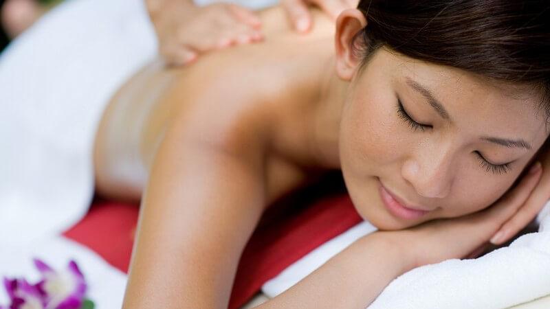 Bei einer Rückenmassage darf man niemals Druck auf die Wirbelsäule ausüben