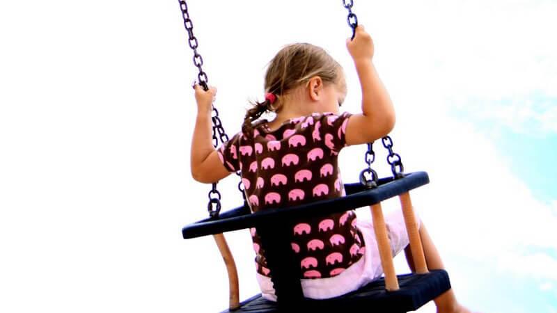 Es gibt zahlreiche Schaukelpferde aus unterschiedlichen Materialien - dem Kind bringen sie einige Vorteile in ihrer Entwicklung