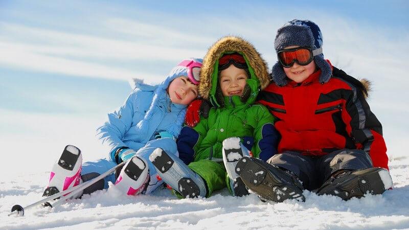 Viele Eltern fragen sich, welches Alter ihr Kind haben sollte, um mit dem Skifahren zu beginnen - wir geben entsprechende Tipps sowie Vorschläge zu schönen Skigebieten