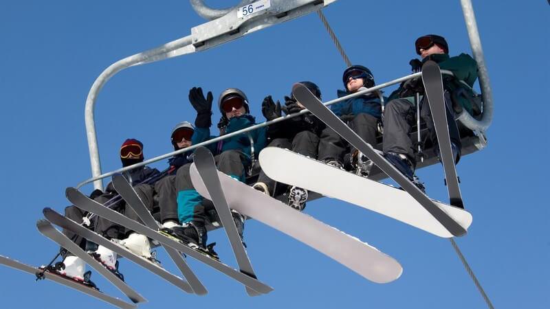 Es gibt geschlossene und offene Skilifte; in denen man sitzen oder nur stehen kann und die für unterschiedlich viele Personen konzipiert sind