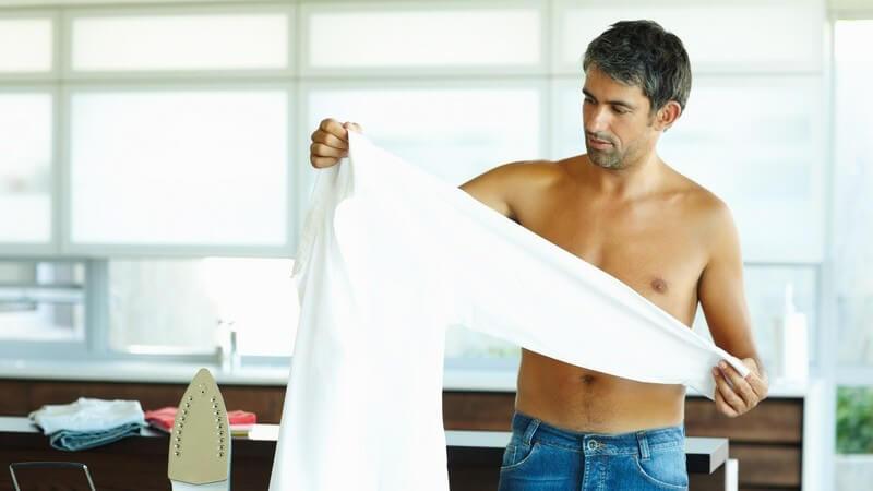 Modisch kombiniert machen Leinenhemden sowohl im Casual-Look, als auch zum Business-Outfit einiges her