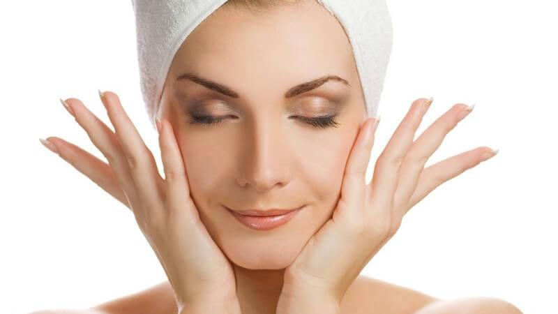 Verspannungen des Gesichts können durch gezielte Bewegungen, Zupftechniken und Massagen gelöst werden