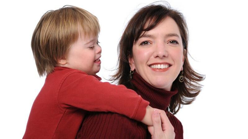 Welche Kriterien Pflegeeltern erfüllen müssen und wo die Unterschiede zu Adoptiveltern liegen