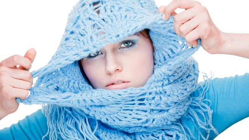 Um das Outfit mit einem Schal aufzuwerten, gilt es, das richtige Modell zu wählen und dieses modisch zu drapieren