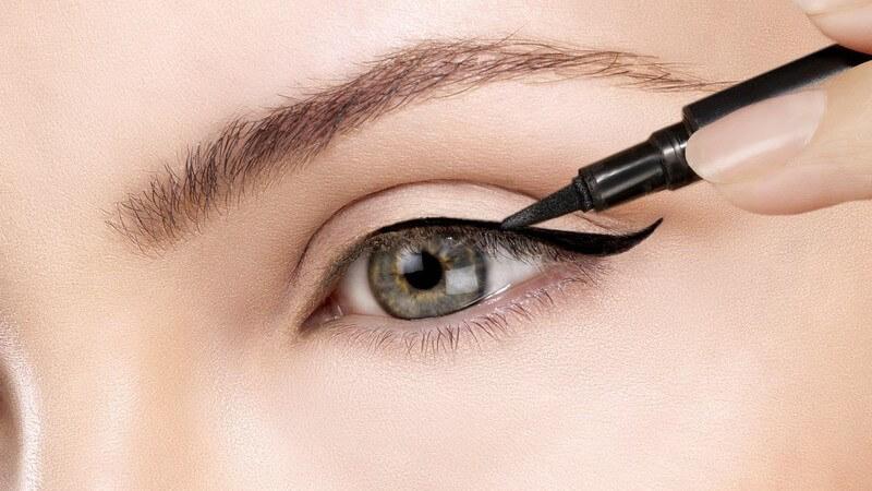Die Brauen unterstützen die Wimpern in ihrer Schutzfunktion; häufig werden sie gezupft, um dem Schönheitsideal zu entsprechen