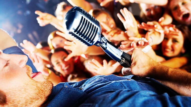 Wie kann man als Sänger entdeckt werden? Wir geben Tipps für die Gesangskarriere und zeigen, worauf es beim Schreiben eigener Stücke ankommt