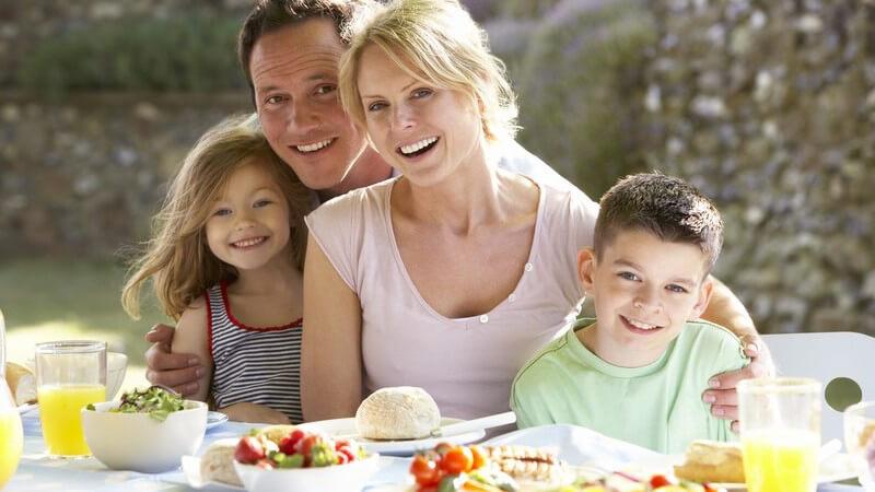 Wie man Vorurteile überwinden und eine Annäherung zwischen Stiefkind und Stiefeltern fördern kann