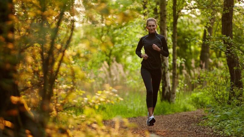 Ohne die nötige Portion Ehrgeiz wird es mit dem regelmäßigen Laufen nicht klappen - um motiviert zu bleiben und Stress zu vermeiden, gilt es, einige Tipps zu beherzigen