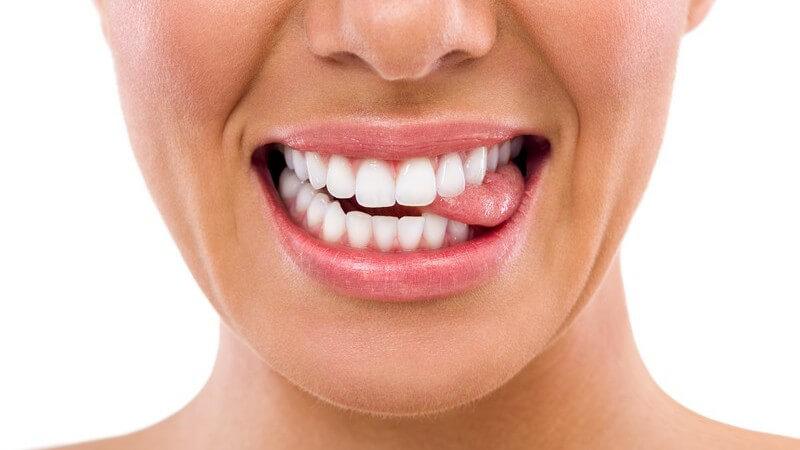 Die Entstehung von Zungenbrennen und wie man es behandeln und lindern kann