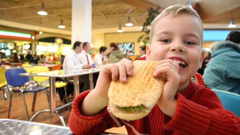 Ein Überblick über Benimmregeln bei Tisch - generelle Hinweise und Tipps zum Verhalten bei einem Essen in feiner Gesellschaft