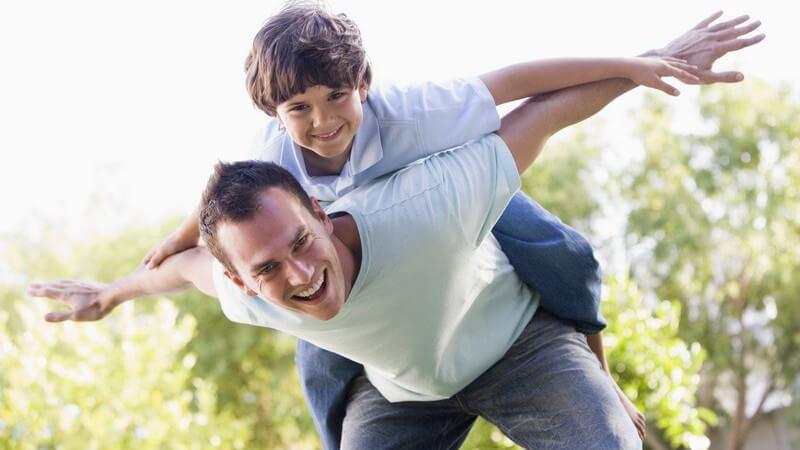 Eltern sollten in Sachen Kinderbeziehung immer an einem Strang ziehen - ein gutes Eltern-Kind-Verhältnis ist dabei sehr wichtig