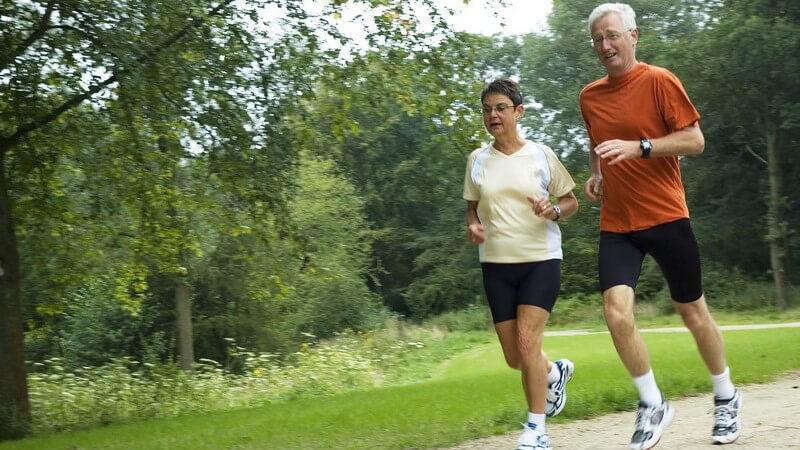Wichtig ist, sich zunächst einem gesundheitlichen Check zu unterziehen; auch in Sachen Ernährung sollten Senioren einige Dinge beachten
