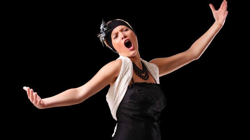 Wir geben Tipps, wie man sich für einen Opernbesuch kleidet und welche Verhaltensregeln man in einer Oper beachten sollte