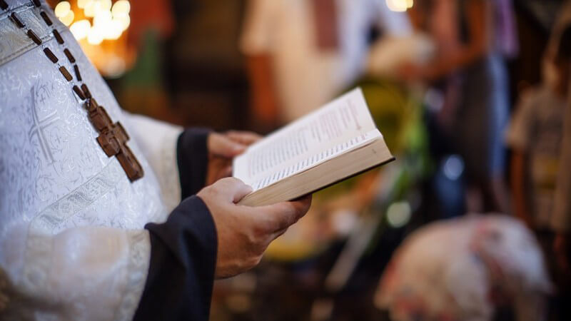 Ein Überblick über Benimmregeln im Gotteshaus - wer in eine Kirche geht, sollte wissen, wie er sich benehmen soll und dass manche Verhaltensweisen nicht erlaubt sind