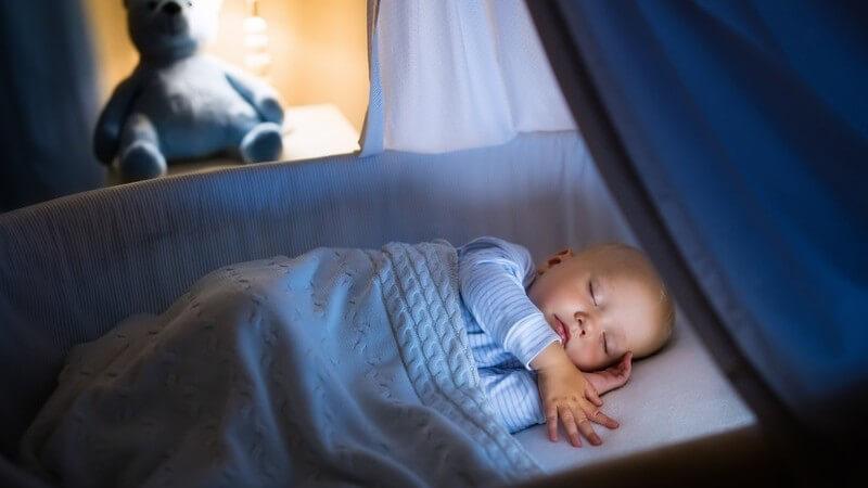 Wir zeigen, welche Kriterien ein guter Stubenwagen erfüllen muss, damit das Baby einen erholsamen und sicheren Schlaf hat
