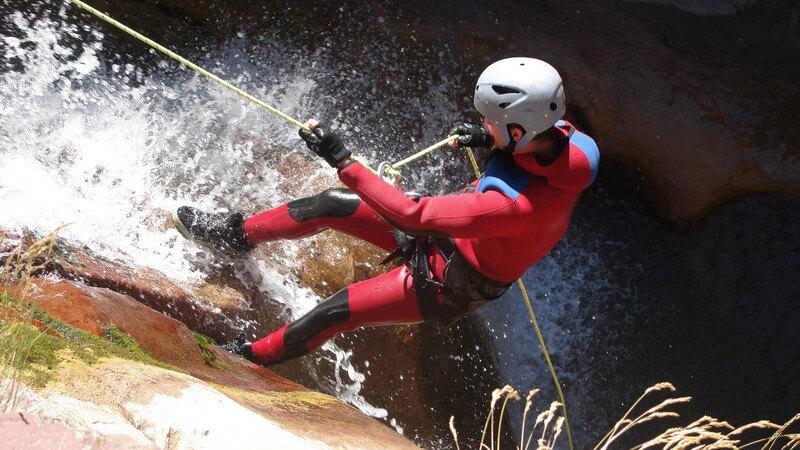Sicherungs- und Klettertechniken beim Wasserfallklettern und notwendige körperliche Voraussetzungen