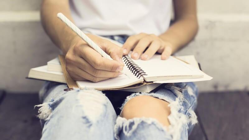 Wir geben Tipps, wie man sein eigenes Buch verlegen kann - wenn man keinen interessierten Verlag findet, kann man die Zügel selbst in die Hand nehmen