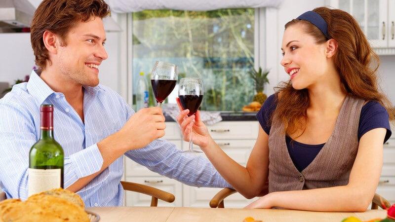 Genau so wie beim Essen gibt es auch beim Trinken einige Verhaltensregeln, die man am Tisch beachten sollte - wir geben einen Überblick